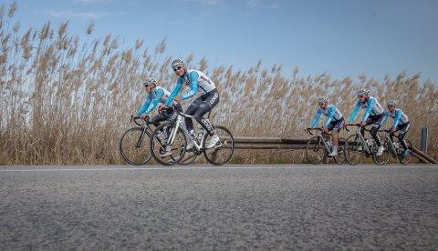 [b]TAR NYE STEG:[/b] Eirik Lunder (i front med hvit sykkel) tar et nytt steg i syklingens hierarki. I dag ble han presentert som rytter for Team Coop.