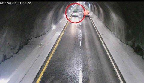 FEIL TUNNEL: Dette bildet er tatt av et av de 318 kameraene i Ryfylketunnelen. Det er bilen til venstre som kjører i feil retning. Når en bil kjører i feil kjøreretning fanges dette opp av radardetektorer, nærmeste kamera slås på og Vegtrafikksentralen får automatisk opp bildet med alarm. Da stenger de tunnelen med bom og lys.
