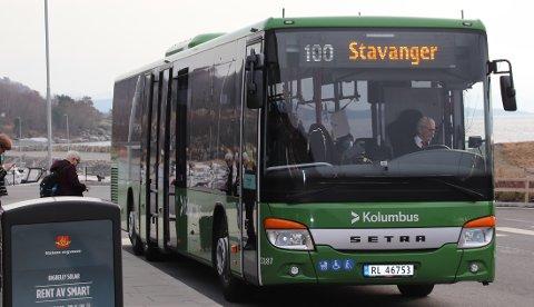 PRØVEORDNING: Reisende mellom Tau og Jørpeland må bytte buss på kollektivterminalen på Solbakk. Ei planlagt prøveordning til høsten, med ekstra bussavganger på rutene 100 og 101, kan gi kortere ventetid på Solbakk. Arkivfoto