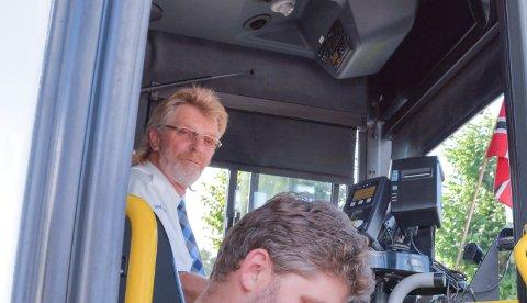 SISTE: Kjell la fredag ut på sin siste busstur som sjåfør, og han ble møtt av vinkende flagg langs ruta.
