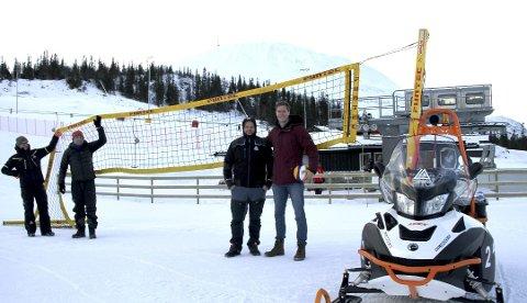 TIDENES FØRSTE SNØVOLLEY-NM: Jan Erik Moen fra RIL Volleyball og Geir Nørstebø fra Gaustatoppen Skisenter ser fram til å bygge opp NM i den nye idretten på Rjukan.