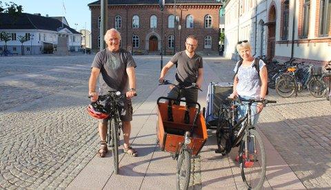 Styreleder Tomas Nesset (i midten) sammen med styremedlemmene Kjell Lye og Torild Mossing Breitveit i Syklistenes Landsforening Kristiansand og omegn.