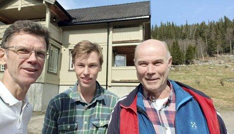 Telenor: Direktør i Telenor Petter-Børre Furberg benyttet fri-søndagen til å teste mobildekninga i Tessungdalen. Her har han tatt selfie sammen med Ingebrit Bjørnerud og barnebarnet Ola Øystein Bjørnerud.