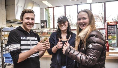 Havregrøt: De jubler for den kommende daglige havregrøtfrokosten på skolen. Fra venstre Henrik Folserås, Kristiane Folserås og Maria Therese Aarbakk.