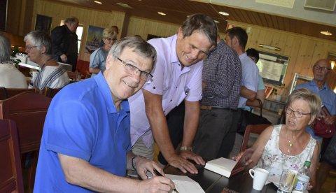 Signerte: Ove Eriksen signerte bøkene så blekket sprutet på Kafé Olea. Her er det Geir Evensen og Bjørg Tveitan som får signert sine eksemplarer. Boka er trykket i 1000 eksemplarer i 1. opplag og fikk under boklanseringen svært god kritikk fra historisk hold.