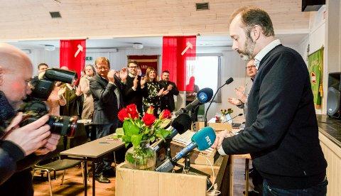 APPLAUDERT: Tidligere nestleder i Arbeiderpartiet Trond Giske holdt  innledning under Orkland Ap's stiftelsemøte på Gjølme. Dette var hans første offentlige opptreden etter at han ble sykmeldt 22. desember i fjor, og trakk seg fra verv som nestleder i begynnelsen av januar.