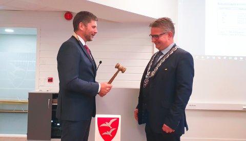 Roger Osen (Ap) leverte ordførerkjede og ordførerklubbe til Svein Roksvåg (Sp), som hadde sin første dag som ordfører i Smøla kommune torsdag.