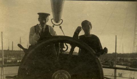 Kaptein Knudsen og fru Hanna om bord på Stella. (Foto via Unni B. Krefting)