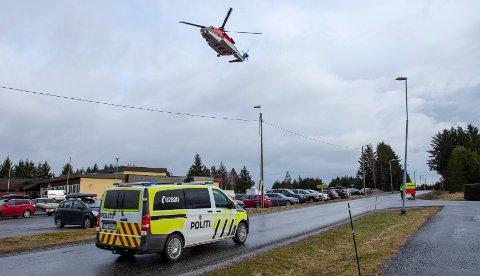 Et redningshelikopter ankommer Hustad barne- og ungdomsskole for å fylle drivstoff søndag morgen. Skolen ligger rett ved siden av Brynhallen hvor de evakuerte blir flydd inn.