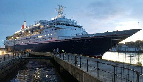 Litt før klokka 08.30 tirsdag klappet cruiseskipet «Black Watch» til kai i Kristiansund med nærmere 650 cruisegjester om bord.