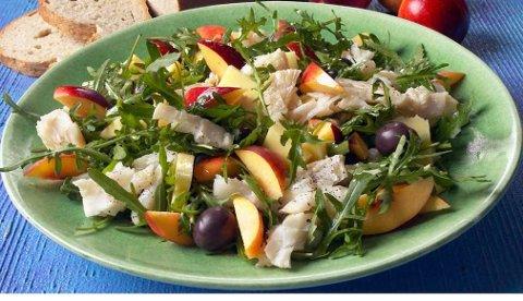En rask og sunn salat med kokt klippfisk, fersken og sorte oliven. Denne oppskriften passer fint på en varm sommerdag, eller som tilbehør på tapasbordet.