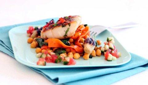 Klippfisk er godt å ha på grillen og passer godt med sterke smaker. I denne oppskriften blir den marinert i koriander og chili, og servert med concassé og salat.