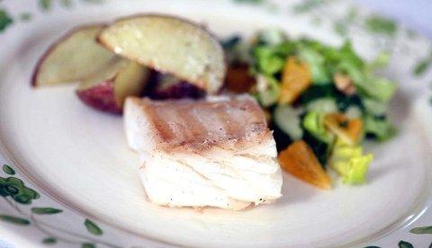 Klippfisk servert med frisk salat og råstekte poteter er rett og slett nydelig. Inviter venner og kjente, og imponer med denne spennende retten.