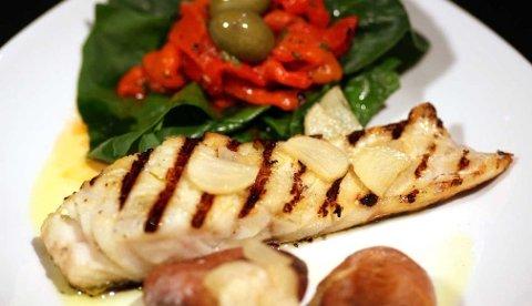 Med saltbakte poteter som tilbehør til klippfisken er dette grillmat til hverdag og fest.