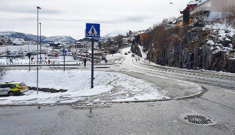 Her i Kranaveien i Kristiansund var det mange som kjørte for fort torsdag. Og ekstra spesielt ble det da en yrkessjåfør som fikk forelegg begynte å varsle andre trafikanter om UP-kontrollen.