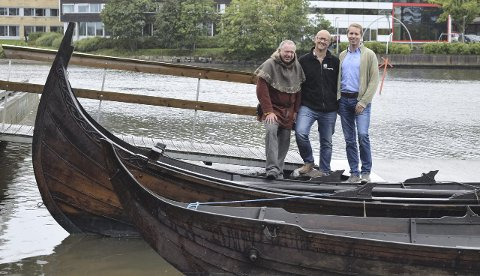 GLEDER SEG:  Vikingskip fra blant annet Skottland, Island og Sverige er ventet til byen under festivalen. Til venstre ser vi prosjektleder Ole Harald Flåten, produsent for åpningsshowet Kenneth Dahl og Henrik Ulrichsen fra festivalstyret.
