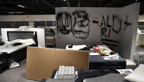 I løpet av natten har flere personer tagget, griset ned og ødelagt varer i møbelbutikken. Foto: EIRIK HAGESÆTER