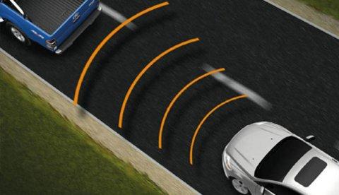 Adaptiv cruisekontroll gjør at bilen automatisk holder samme avstand til bilen foran. Det er gull verdt blant annet i køkjøring, samtidig som dette også er viktig for å unngå sammenstøt.
