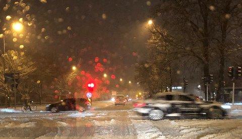 FRA SNØ TIL REGN: Snøen skapte utfordringer for flere bilister mandag morgen. Tirsdag kan det bli nye problemer, for da er det meldt regn.