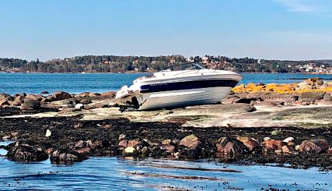 PÅ LAND: De to personene som var ombord da ulykken skjedde ble fraktet til Sykehuset i Vestfold.
