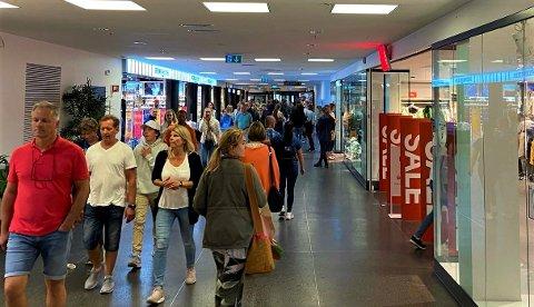 MYE FOLK: Til tross for at det er mye folk både på Farmandstredet og Brygga mener kommuneoverlegen at sjansen for å treffe på noen som har viruset er minimal.