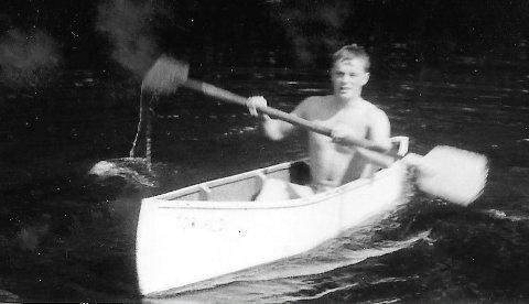 FLØT MED LITT HJELP: Egil med kanoen Torvald i Nitelva, en farkost far og bror hadde en del av æren for at ble realisert.