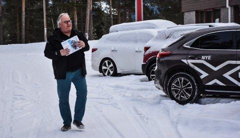 OVER LANDSGJENNOMSNITTET: Helge Granrud forteller at de aldri har solgt så mye elbiler, og ligger godt over landsgjennomsnittet.