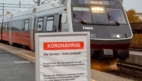 SMITTEINFORMASJON: Denne plakaten er oppstilt på Ås stasjon.