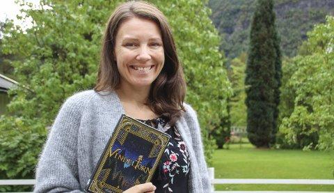Besøker Sunndal: Tone Almhjell er på skolebesøk i Sunndal i forbindelse med at Sunndal folkebibliotek fyller 175 år.