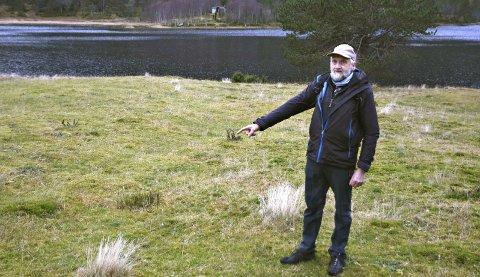 EN SKIKKELIG DRITTSAK: Grunneier Peder Vatten viser hvor folket i Herredsdalen fikk beskjed av Kristiansund kommune om å grave ned dritten sin for 44 år siden. Avstanden ned til drikkevannet i Herresdalsvatnet er ca 30-40 meter
