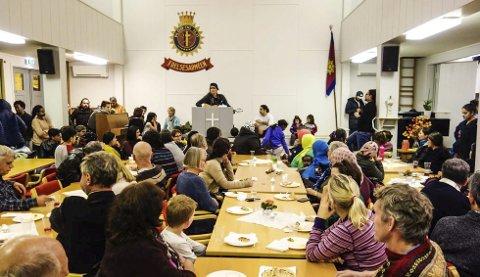 FULLT: Frelsesarmeen var fylt med mennesker som ville delta på Flerkulturell Aften.Begge Foto: Per Kristian Lunden