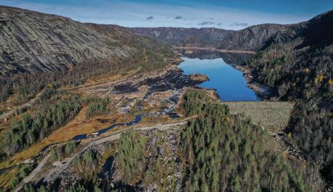HOMSTØL DAM: Deler av det pågående rehabiliteringsarbeider på Homstøl-dammen krever lav vannstand. Sira-Kvina Kraftselskap har derfor varslet tapping av vann og høy vannføring i første del av juli.