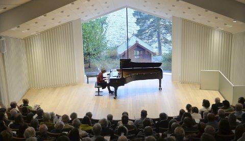 Elfrid Liland åpnet minnekonserten til Jan Henrik Kayser. Flere av pianistens elever hedret sin gamle læremester i Troldsalen søndag kveld.