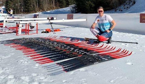 MASSE SKI: Som skismører på det norske teamet under ski-VM i Oberstdorf så har Chrisander Skjønberg Holt en drøss med skipar å holde styr på.