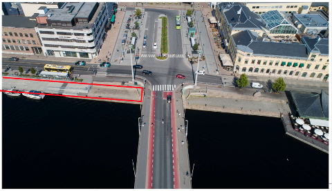 STENGES: Området merket med rødt stenges mandag fordi det skal brukes som anleggsområde når den midlertidige gang-og sykkelbrua over elva skal bygges.
