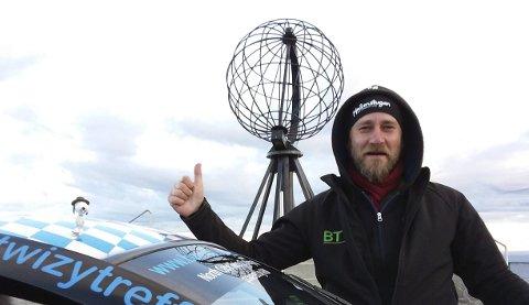 På målet: Her er Otto ankommet Nordkapp, og han var ikke mindre en hoppende glad for det. – Det eneste som kan toppe dette er å kjøre jorden rundt i denne bilen sier han etter å ha ankommet Nordkapp. FOTO: Privat