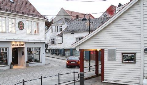 NABOAR: Rådhusplassen, med Vesle Kinn på eine sida og Hjørnevikbua på andre.