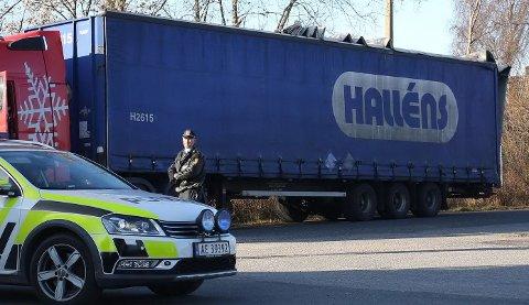 ØDELAGT KAPELL: Sjåføren på det utenlandske vogntoget slapp med skrekken, men kapellet ble ødelagt etter møtet med Rolvsøysund bru mandag formiddag.