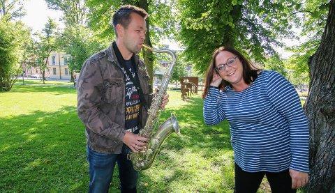 Mer lyd: Victoria Alexandra Solheim Klannerud ønsker å høre mer enn en saksofon i korpset neste år. Carl-Fredrik Jervell Hansen har ikke spilt i korps på 15 år, men håper de kan bli mange som stiller opp og markerer 85-årsdagen til Fredrikstad Guttemusikkorps i 2018.