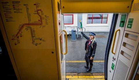Linn Johannesen vinker toget avgårde fra Fredrikstad stasjon.