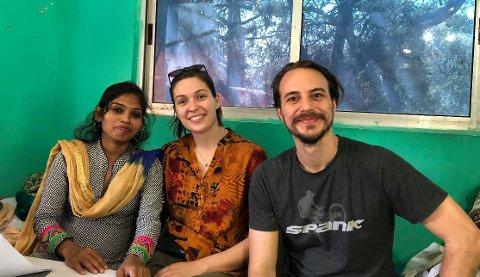 SAMARBEIDSPARTNERE: Cecilie Kjeldsberg  og Rune André Tveit sammen med Pooja Kumari (til høyre), en av samarbeidspartnerne som skal være med og sørge for at «The Sujata Sewing Centre» blir en realitet.