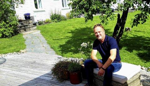 2020: Leif Anders Stene-Johansen slapper av på uteplassen utenfor det stilig restaurerte huset i Lislebyveien. FOTO: GLØV