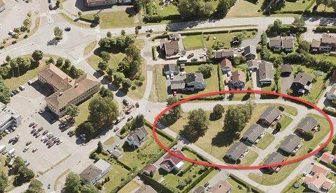 I dette området på Karlshus, et steinkast fra kommunehuset til venstre i bildet, ønsker politikerne å bygge åtte omsorgsboliger samt et tyve-talls leiligheter i en blokk bebyggelse.
