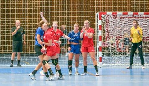 Julie Hulleberg (nummer to fra høyre ) viser en fandenivoldsk innstilling både på trening og i kampsituasjon. Foto: Harry Johansson