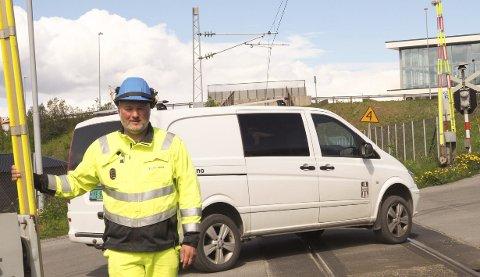 Flere hendelser: Benny Stokkedal i Bane NOR kan fortelle om flere hendelser knyttet til kryssing av jernbaneoverganger. Tidligere i år ble en bilist stående fast mellom bommene i Verkstedbakken, men klarte så vidt å unngå å bli truffet av toget som kom. Foto: Terje Næsje