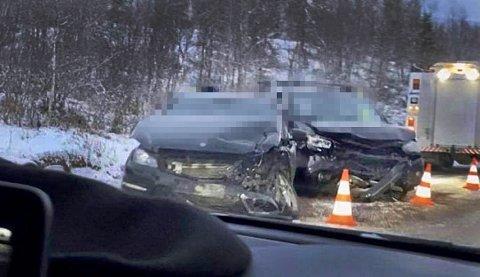 Disse bilene frontkolliderte på E6 i Balsfjord fredag ettermiddag. Foto: Nordlys-tipser