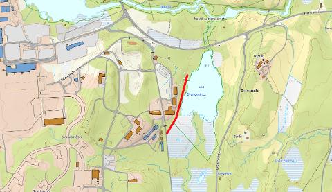 310 METER GJERDE: Den røde streken viser det aktuelle gjerdet som Fylkesmannen krever flyttet.
