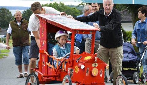 Unge og gamle: Her er alle generasjoner med. Den røde «Bestemor Duck-bilen» har vunnet flere ganger tidligere.