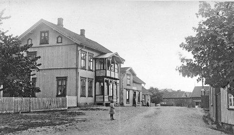 UTSALG: Stangsgate 5 hvor Kristen Solberg startet sin bakerforretning, senere overtatt av Kristoffer Frantzen. Postkort fra 1910.