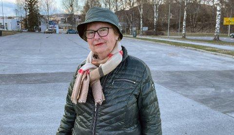 REAGERER: Astrid Efskin Løken bor i Klonteig like ved denne langtidsparkeringen her mellom møbleringen og Circle K i Arkoveien. Hun og flere beboere reagerer på høy bassmusikk på natterstid. Hun har klaget til både politiet og Kongsvinger kommune, men hun har ikke fått noe svar.